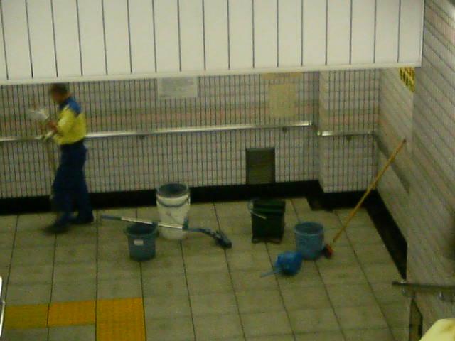 台風の大雨で地下への入り口は水浸し!
