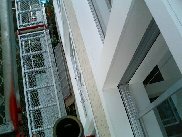 足場で窓拭き