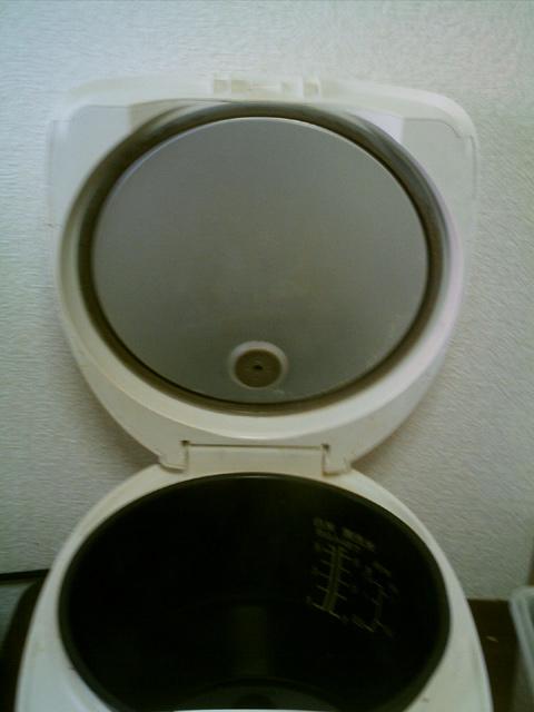 炊飯器の蓋の内側も何とかキレイに(掃除後)