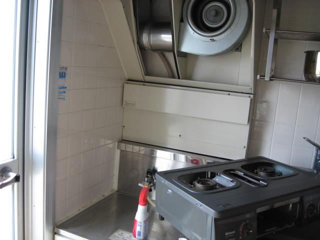 換気扇の大きなカバーも外して掃除。