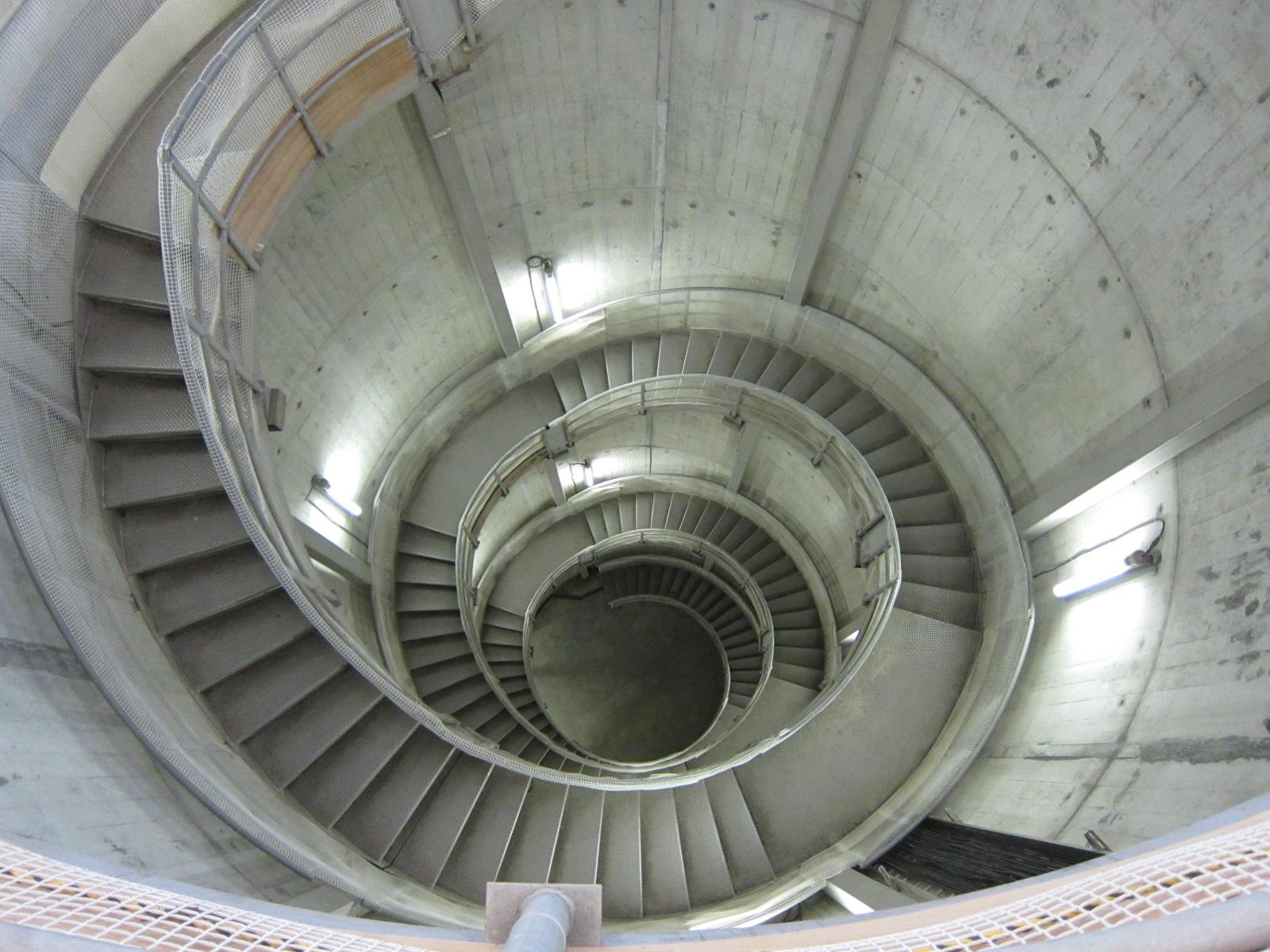 ダムの下に続く階段