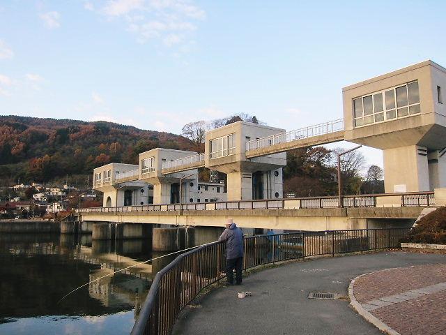 諏訪湖の水は天竜川に流れ込みます。