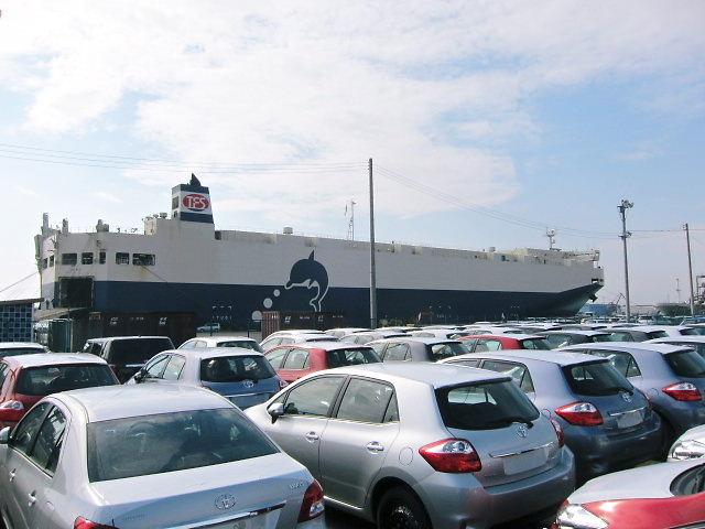 震災前の仙台港(自動車運搬船)