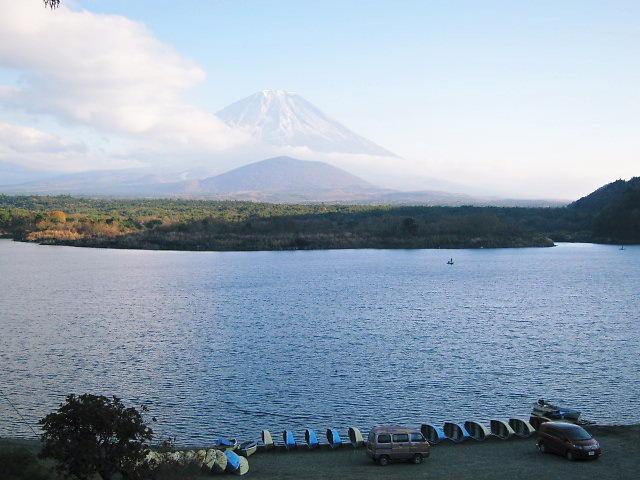 精進湖から見た大室山と富士山と青木ヶ原樹海