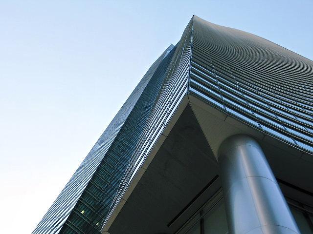 真下から見る超高層ビル